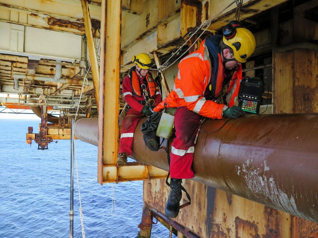 Inspeção convencional de plataforma de petróleo offshore